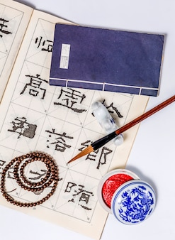 白い日本の書道絵を描く