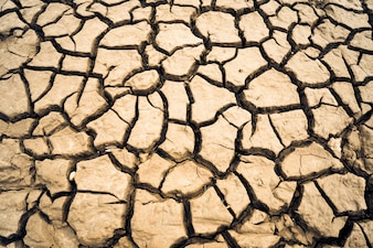 乾燥した土は、土の硬い塊を形成し、背景の写真