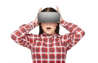 VRのヘッドセットに開いた口を持つ感情的な女性。