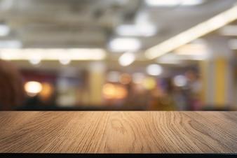 Пустой темный деревянный стол перед абстрактным размытым фоном кафе и кафе. может использоваться для отображения или монтажа ваших продуктов.
