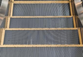 空のエスカレータ階段