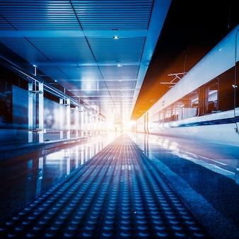 空の鉄道プラットフォーム