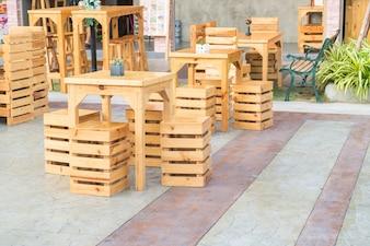 レストランで空のテーブルと椅子