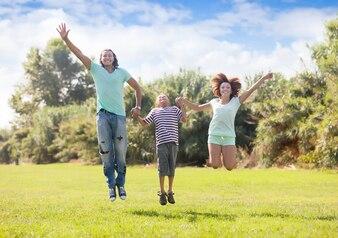 公園に飛び乗る十代の少年の家族