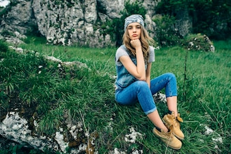 スタイリッシュな都市のTシャツと帽子を着て、明るいセクシーな、かなり若いhipsterブロンドの女性のファッションスタジオの肖像画は、