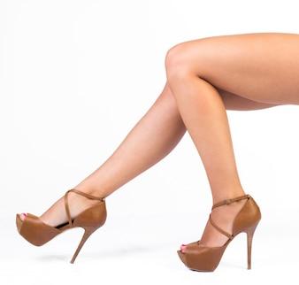 ファッション女性の足。白で隔離されて