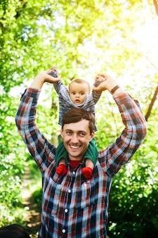 肩に男の子を持つ父