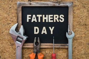 スレートと様々なツールを備えた父の日の表面