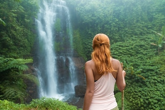 滝を見ている女性の冒険家
