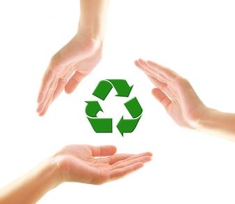 リサイクルアイコンを持つ女性の手
