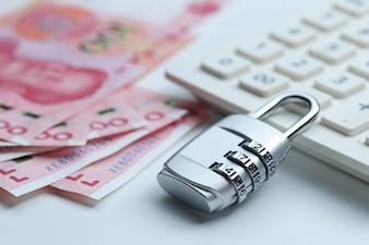 財政セキュリティパスワードロックと紙幣の白い背景