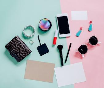 化粧品、アクセサリー、ブランクカード、スマートフォンのフラットなレイアウト