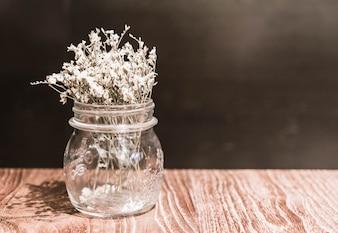 食卓の花瓶の装飾の花