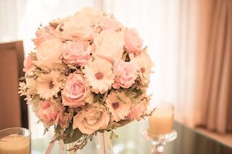 ダイニングテーブルの花の花束