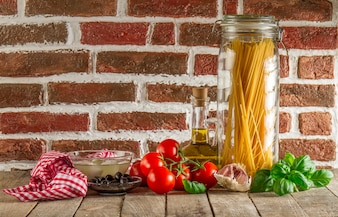 Food composition with spaghetti and other ingredients