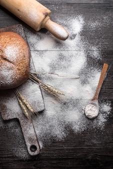 木製の背景に新鮮なパン