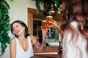 Друзья веселятся с пивом