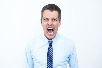 怒っている中年のビジネスマンは叫ぶ
