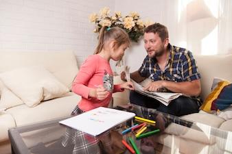彼女の父の新聞を見ている少女