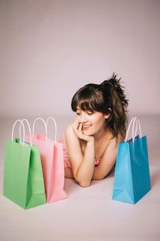 女の子、買い物、ポーズを取る