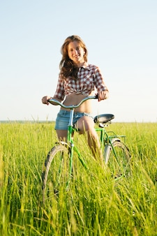 フィールドで少女に乗って自転車