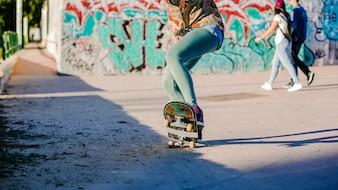 女の子が乗るスケートボードを作るスタント