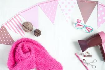 Аксессуары для девочек в розовом стиле с шарфом, очками для очков и макияжем, плоскими лежаками, вид сверху