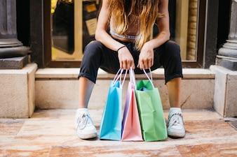 女の子は買い物に座っている