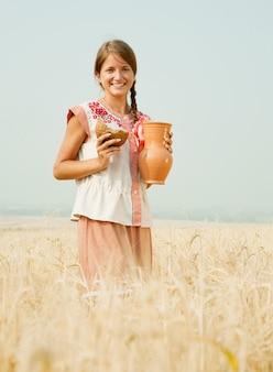 フィールドでパンを持つ女の子