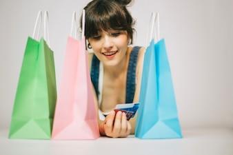 Девушка с карточками и покупками