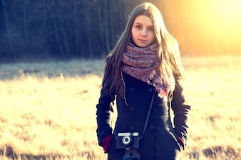 レトロなヴィンテージカメラと女の子。
