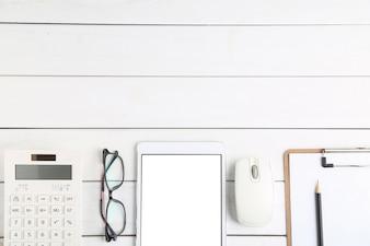メガネ、計算機、タブレット、白いきれいな机