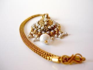 Gold and pearl necklace, golden, stones