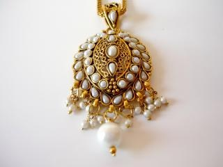 Gold and pearl necklace, stones