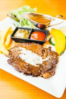 Стейк из мяса говядины с овощами