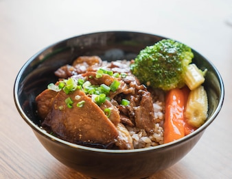 Grilled pork bowl with mixed vegetable