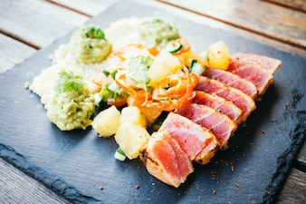 Grilled raw tuna salad with vegetable