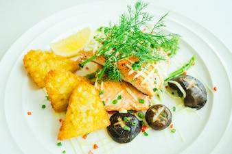 Стейк из мяса филе лосося с овощами