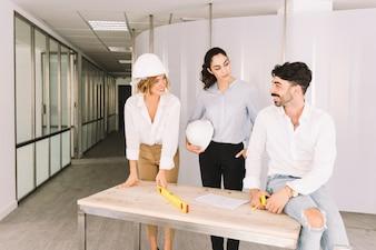 建物のテーブルにいるエンジニアのグループ