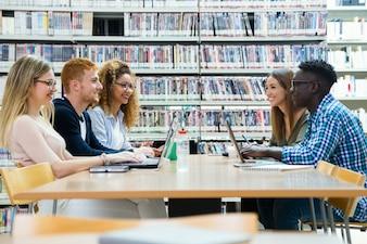 大学図書館で勉強している友人のグループ。
