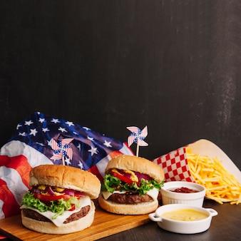 ハンバーガー、アメリカの旗、チップ