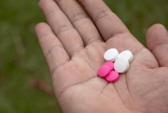 手、薬、丸薬。