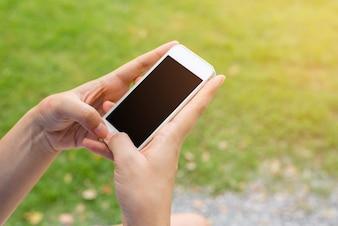 携帯電話に触れる手