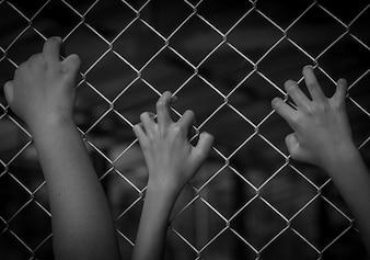 自由のために手を待つ、内外の刑務所で刑務所の概念