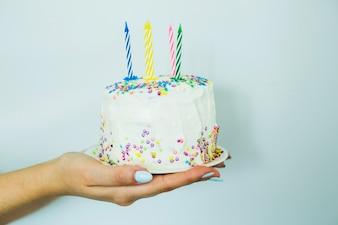 Руки, держащие торт с брызгами
