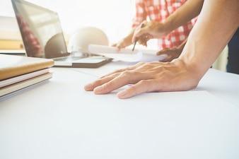 青写真、建設のコンセプトに取り組んでいるエンジニアの手。エンジニアリングツール。