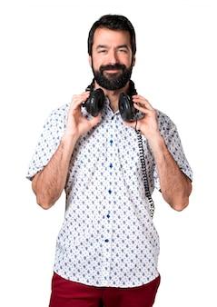 ひげを聴くハンサムなブルネット男