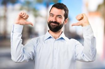 Красивый человек с бородой, гордящийся собой на нефокусированном фоне