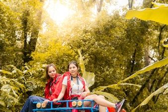 幸せなアジアの若い旅行者、4WDドライブカー