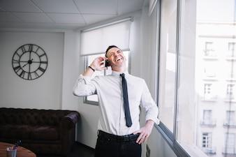 電話で幸せなビジネスマン